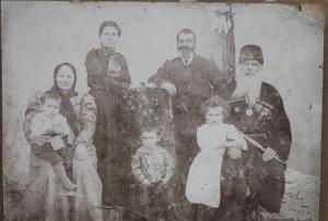 Семья В.И. Спиваченко первого атамана ст. Азовской (крайний справа). Фото кон. XIX в. Из фондов Северского музея