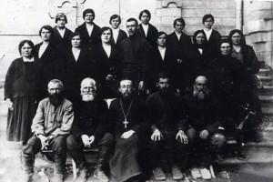 Священник и церковный хор Свято-Троицкого храма. Станица Ставропольская. Фото 1928 года.
