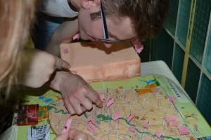 Посетители с увлечением изучают карту и ищут свою улицу