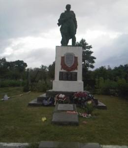 Захоронение воинов-освободителей в п. Ильском