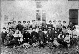 Ученики станичной школы вместе с священником Николаем Лещенко (предположительно). Ст. Мингрельская. Фото 12 мая 1913 г.