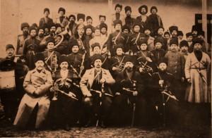 Музыкальный оркестр с атаманом станицы Я.П. Горбачевым и членами станичного правления. Ст. Ильская. Фото 1913 г.