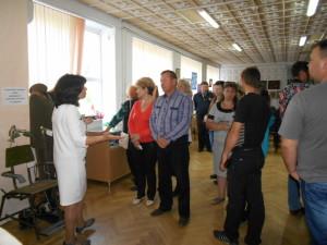 Директор музея Нина Решетова проводит экскурсию по выставке