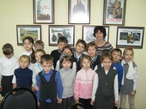 Ребята-посетители вместе с хранителем фондов Т.С. Самородовой